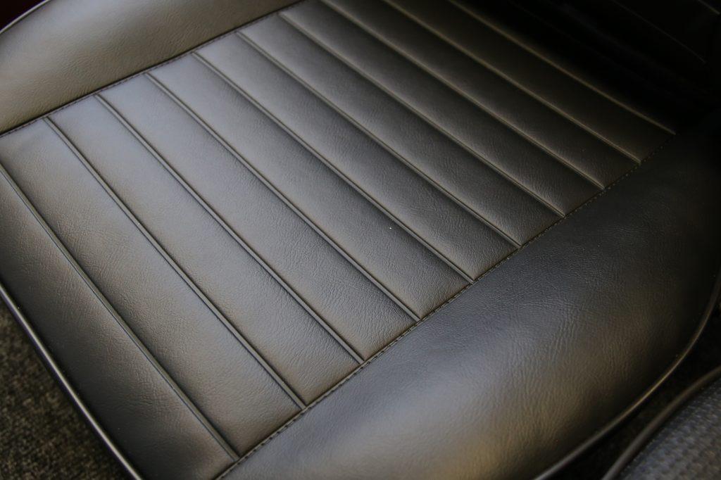 Stoelbekleding zwarte skai is veelal op voorraad voor stoelen vanaf 1965.2