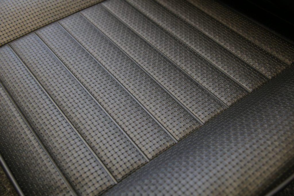 Stoelbekleding zwarte skai is veelal op voorraad voor stoelen vanaf 1965.3